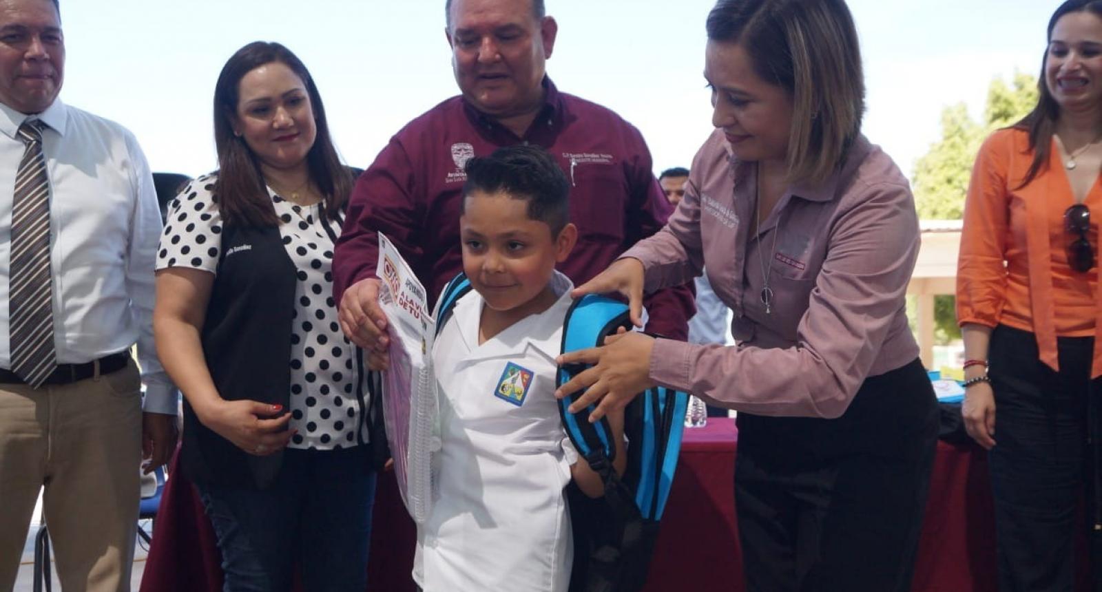 Llevan Alcalde y DIF útiles escolares a estudiantes