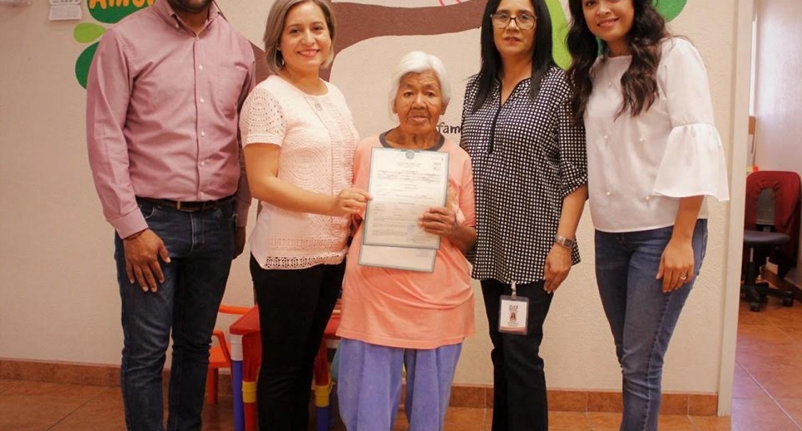 Otorga DIF identidad a mujer de 74 años